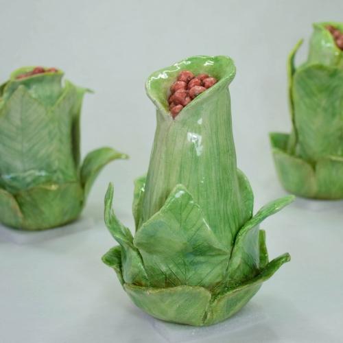 Céramique grès, grosses fleurs aves graines pouvant aller sur tige , émaillées vertes et graines rouge brique 17cm/14cm