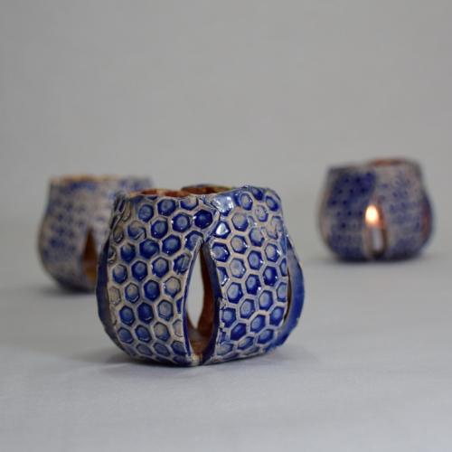Céramiques 3 Photophores relief nid d'abeille, argile blanche émaillage intérieur brun, extérieur bleu 6cm/6.5cm