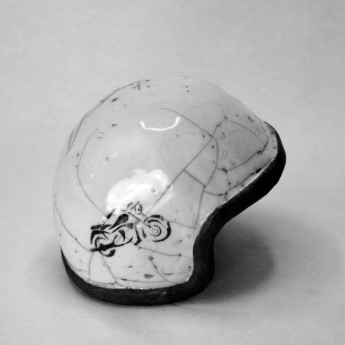 Casque de moto Raku, grès chamotté blanc , motif moto noire pochoir à la peinture pour poterie avant émaillage transparent 12cm/11cm