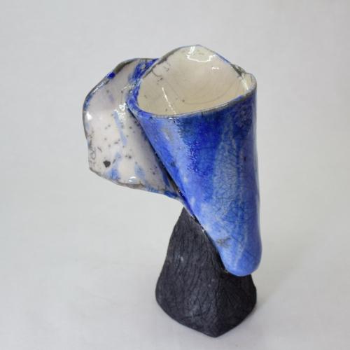 Sculpture Raku Calla bleu fixé sur un pied noir, grès chamotté blanc émaillage intérieur blanc extérieur bleu 22cm/14cm/10cm