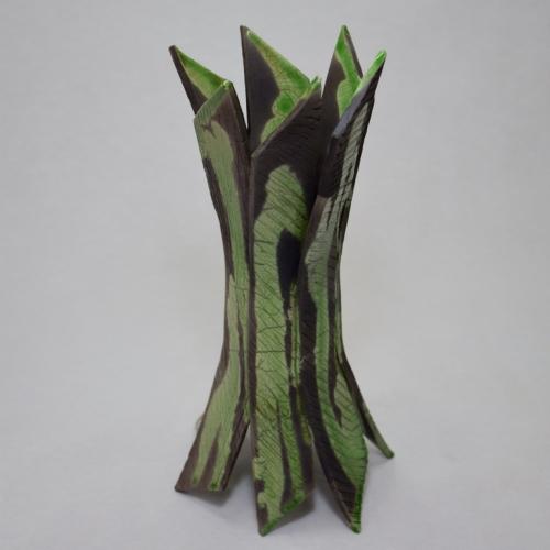 Sculpture Raku Ni Queue Ni Tête, bandes de grès blanc, fixées au centre autour d'un tout petit vase, puis évasées symétriquement aux extrémitées 24cm/11cm