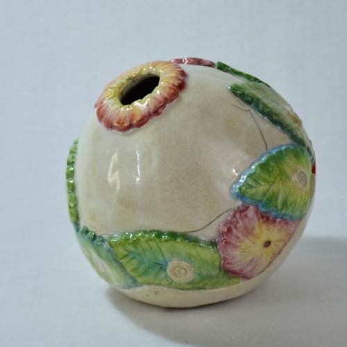 Vase boule, grès chamotté blanc feuilles et fleurs en relief peintes, vert, jaune, rouge, lie de vin émail transparent diam.15cm