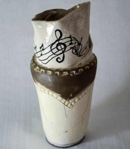 Sculpture Porte partition, forme de vase avec la partition roulée à l'intérieur, grès chamotté blanc émail transparent diam.11cm/h.26cm