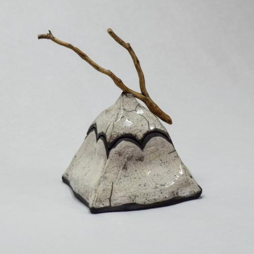 sculpture Raku, Boîte à bijoux pyramidale, grès blanc émaillage transparent avec petite poignée en bois de lavande sur le couvercle 10cm/10cm/10cm
