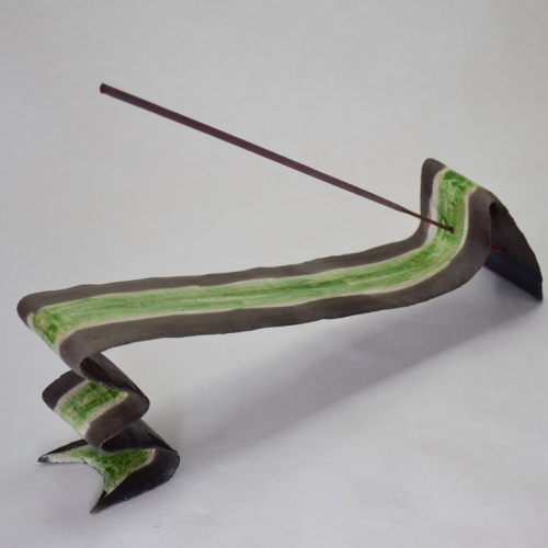 sculpture Raku, Eclair d'encens,, support de bâton d'encens, grès blanc chamotté bande centrale émaillée dégradés de vert 10cm/30cm/6cm