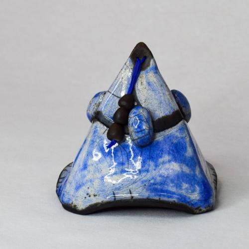 Sculpture Raku,Petit bijou de cobalt, boîte à bijoux pyramidale, grès blanc émaillage dégradés bleu coblat , trois petites perles noires enfilées et fixées au haut su couvercle 10cm/10cm/10cm