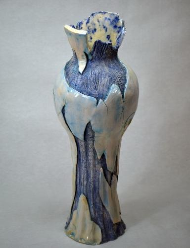 Sculpture céramique Vase antique, argile blanche en 2 couches dont une en lambeaux , émaillage dégradés de bleu , mat pour la couche brute brillante pour la couche lisse en lambeaux38cm/14cm
