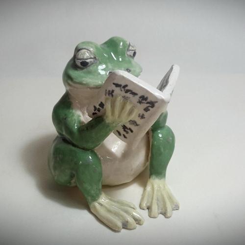Céramique grenouille lectrice en grès émaillée vert et blanc 13cm/10cm