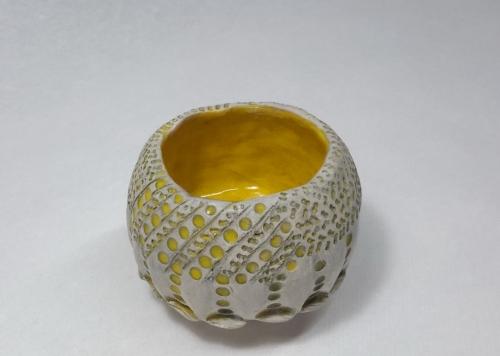 Céramique Grès chamotté 0.2 25% blanc, oxyde gris cendre, intérieur émail brillant jaune soleil, extérieur cire transparente diam8.5 h6.5
