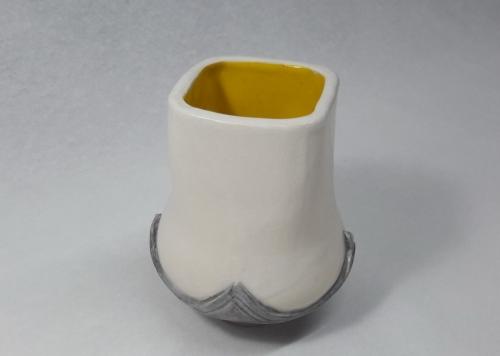 Céramique Grès chamotté 0.2 25% blanc, oxyde de gris cendre, intérieur émail brillant jaune soleil, extérieur émail mat satin transparent diam9.5 h11.5