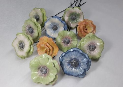 Céramique Bouquet , fleurs individuelles sur tige métal en grès blanc, peintes vert, bleu ou jaune-oranger puis émaillage transparent mat ou brillant diam.5cm 5.5cm 7cm