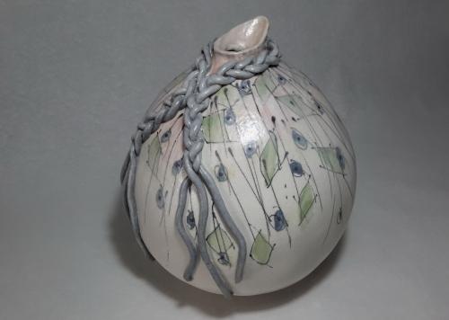 Soliflor cruche boule avec tresse autour du col, motifs verts ou gris encadrés de noir, sur fond blanc avec quelques touches de rose, grès chamotté 0.5mm, h25cm diam21cm