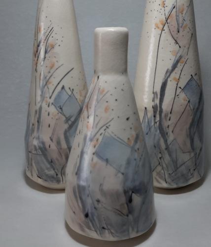 Trois bouteilles soliflor céramiques, motifs abstraits gris bleus beiges orange surlignés noir, sur fonf blanc,Grès papier 0.2 diam 18, h20 h30 h40