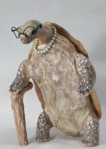 Sculpture céramique grès, tortue vieille dame marchant debout avec sa canne amovible, émaillage dégradés de brun et marron 25cm/17cm